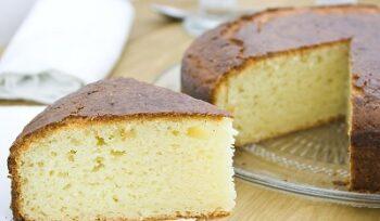 Hacer bizcocho de kéfir, también conocido como quequé, torta o tarta.